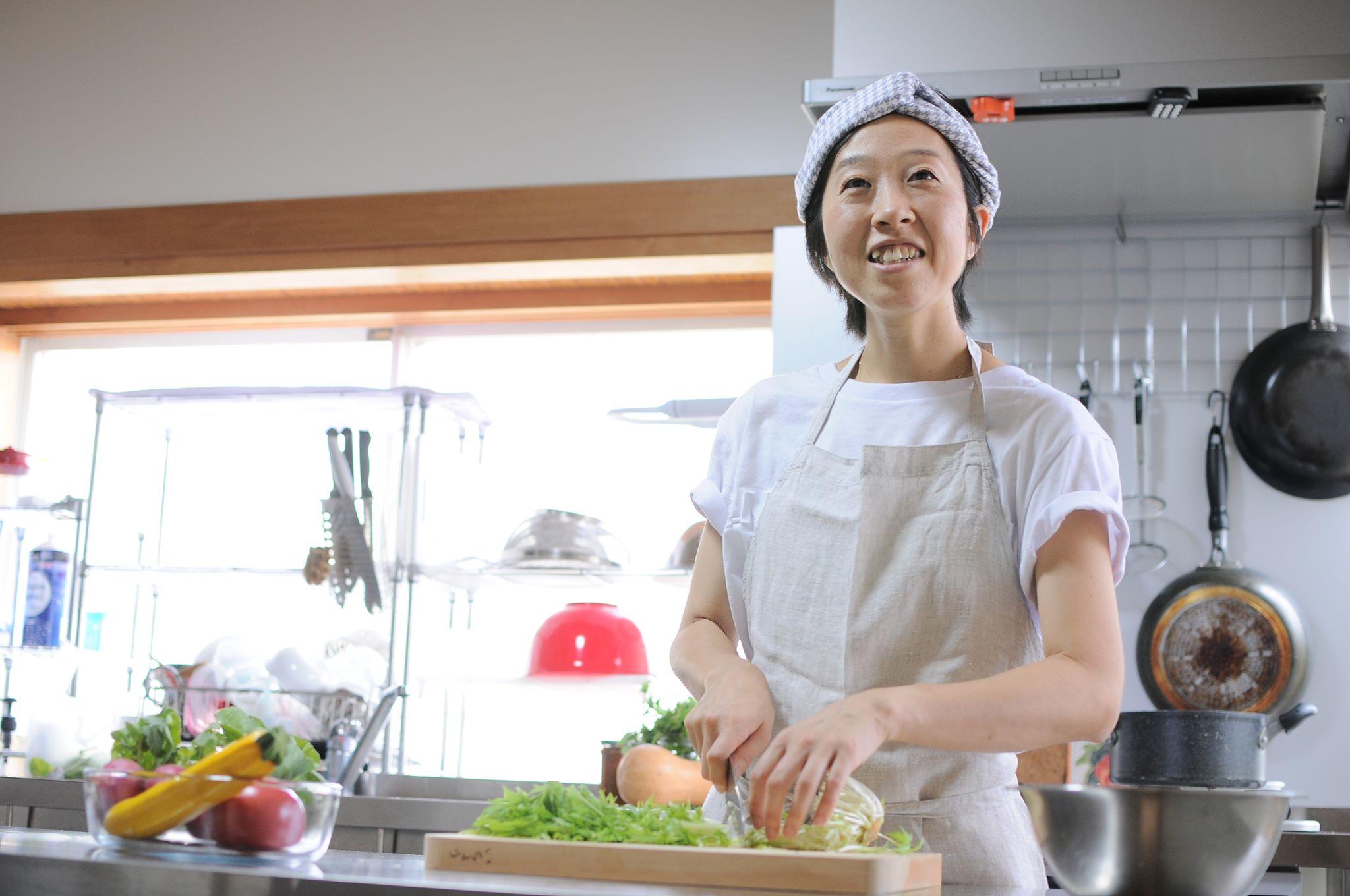 料理を作る安島さん