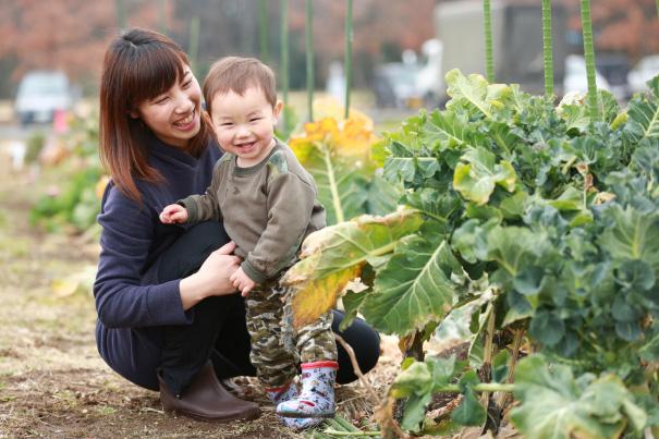 大好きな野菜を見て笑顔の子どもとそれを見つめるお母さん