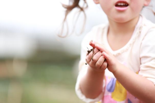 泥団子を作る子ども