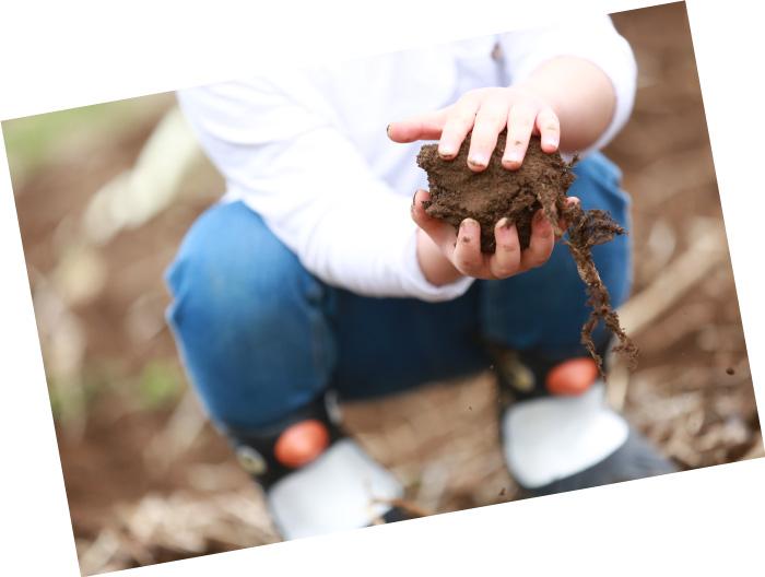 泥団子を作って遊ぶ子ども「これはパパにあげる大きなおにぎりだよ」