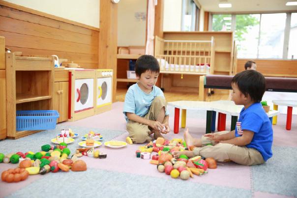 おもちゃで遊ぶ子ども達