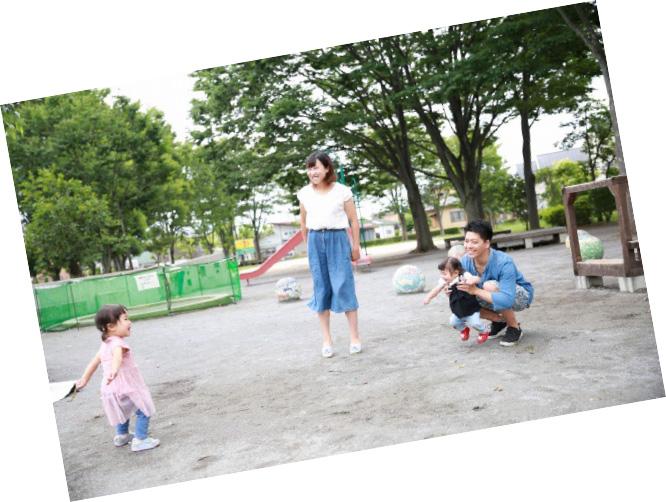スキップ広場で遊ぶ親子