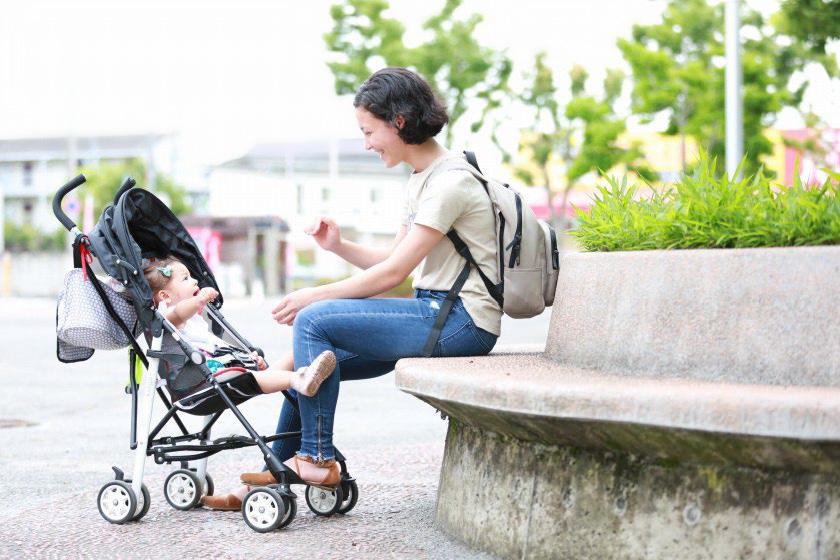 スキップ広場で休むお母さんと赤ちゃん