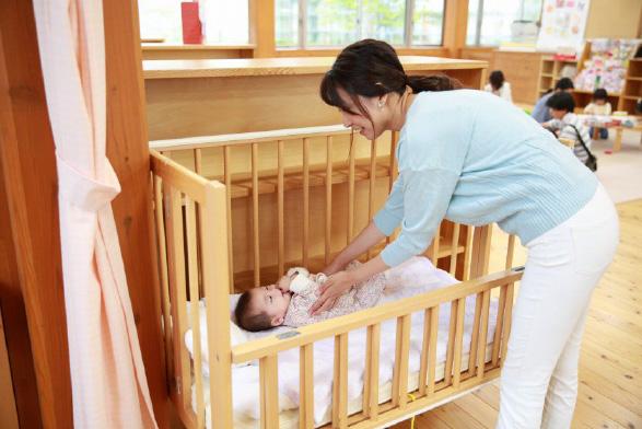 ベビーベッドに赤ちゃんを寝かせる