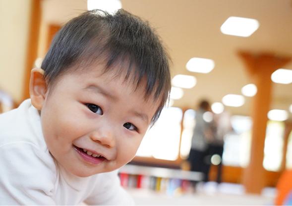 こちらを見て微笑む子ども
