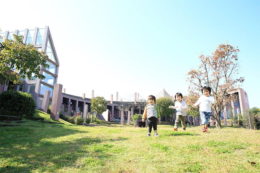 進修館の広場で遊ぶ子ども達