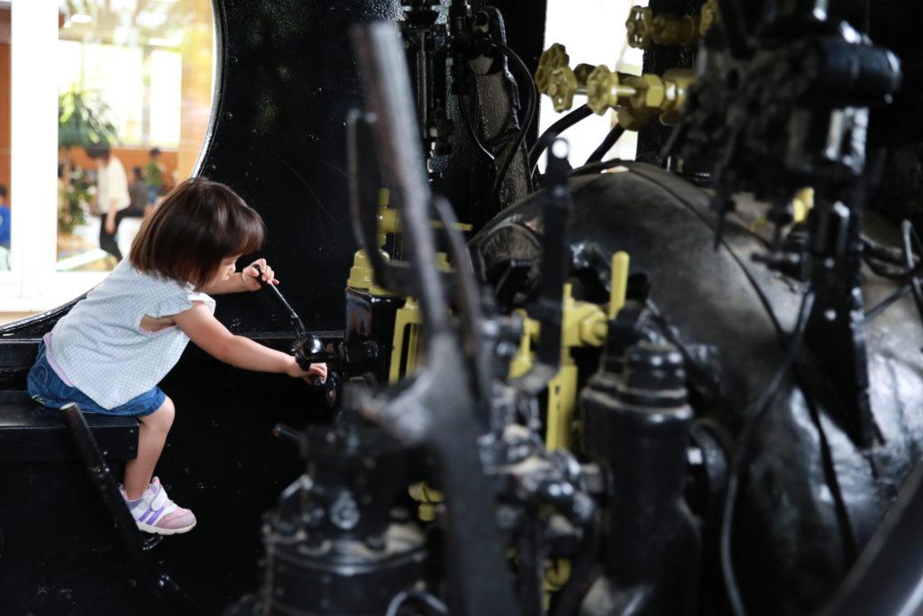 宮代町のスキップ広場の汽車の中で遊ぶ子ども