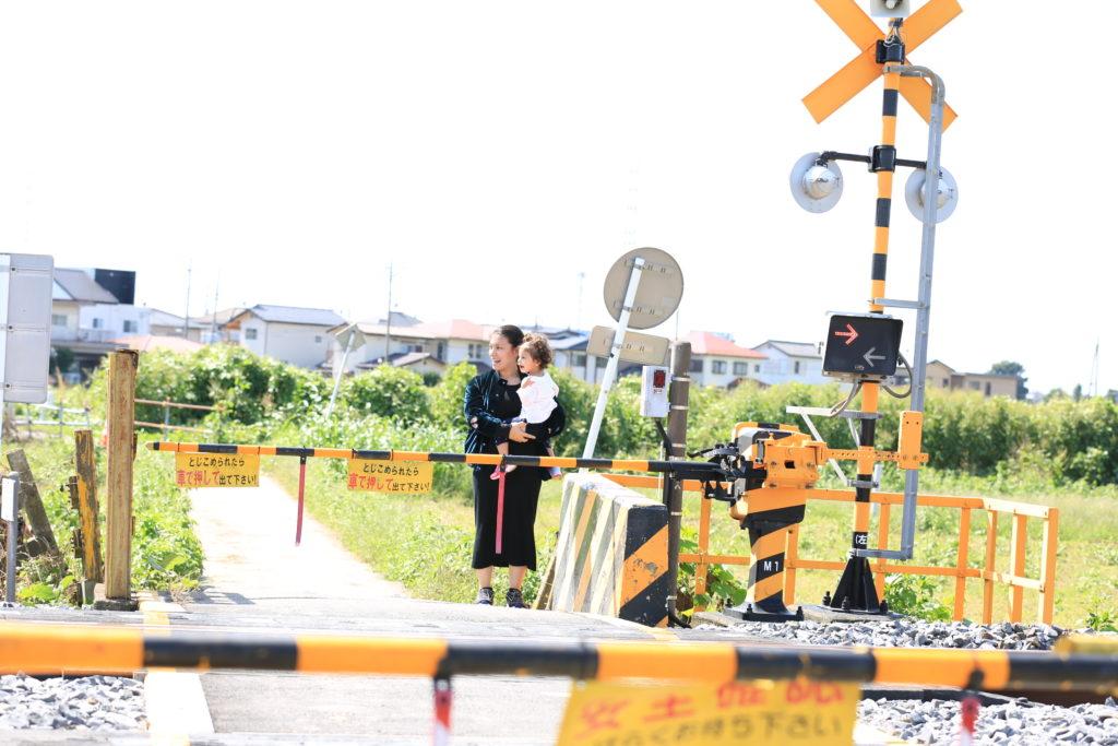 宮代町で電車を見る親子