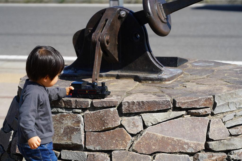 転てつ機のそばで遊ぶ子ども