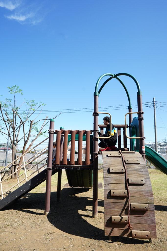 みやしろ中央公園で遊ぶ親子