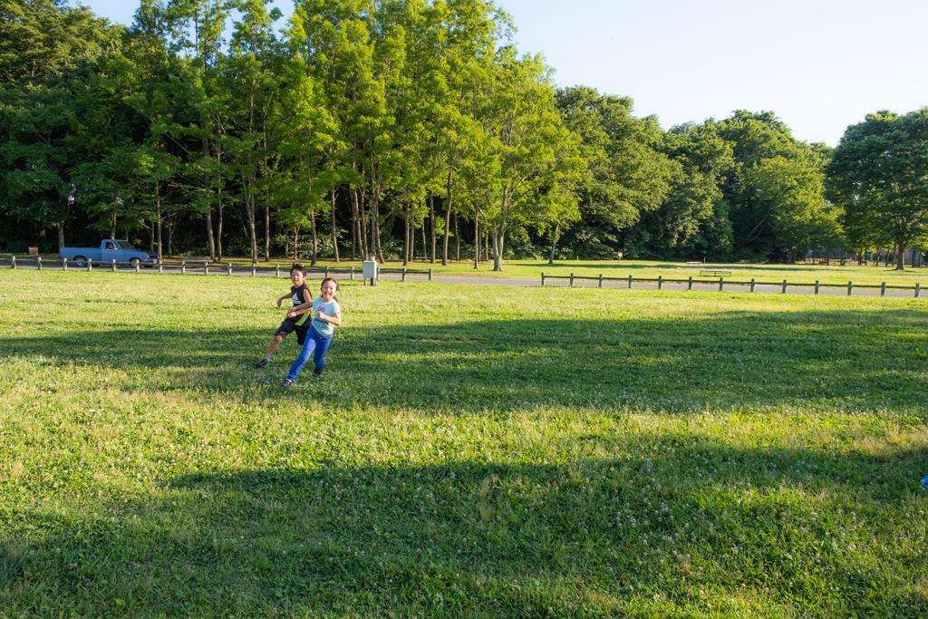 芝生広場で走る二人