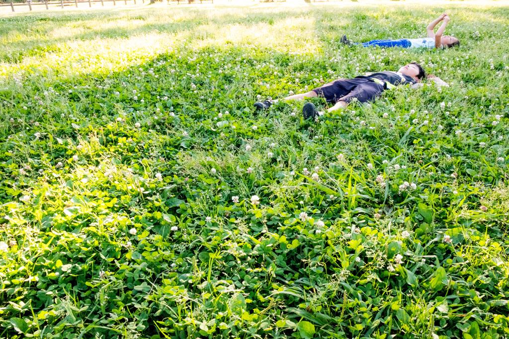 芝生に寝っ転がる二人