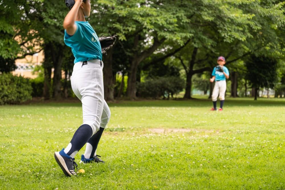 キャッチボールをする少年2人