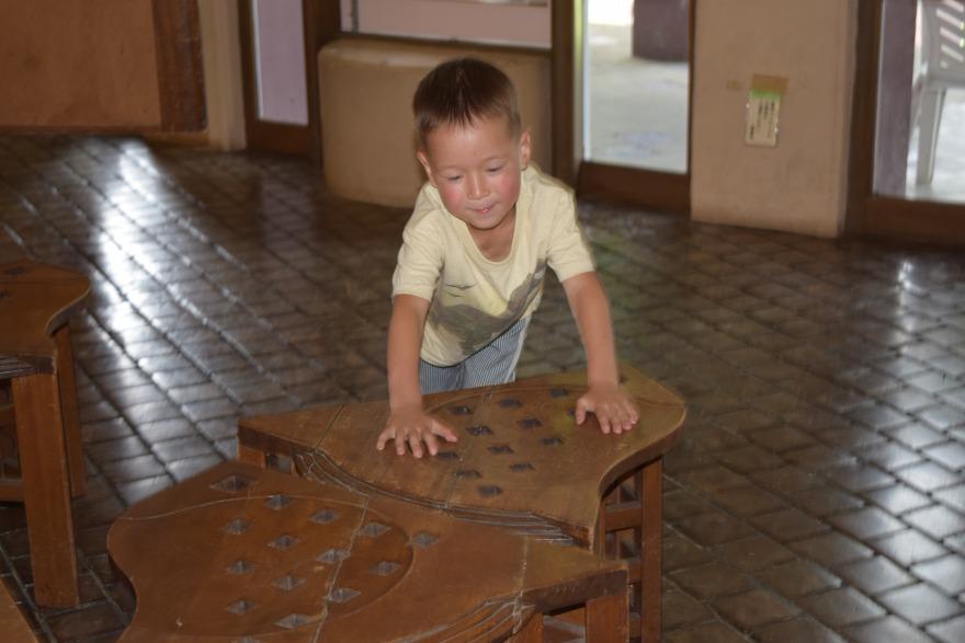 進修館で遊ぶお子さん