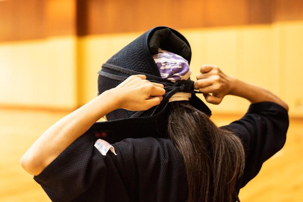 剣道の面をかぶる少女の後ろ姿