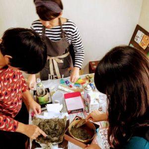モルタルで植木鉢を作る女子