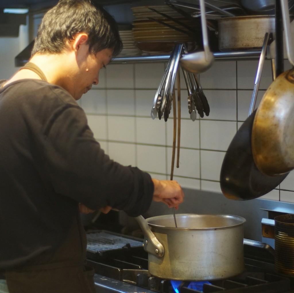 スープを作る湯浅さん