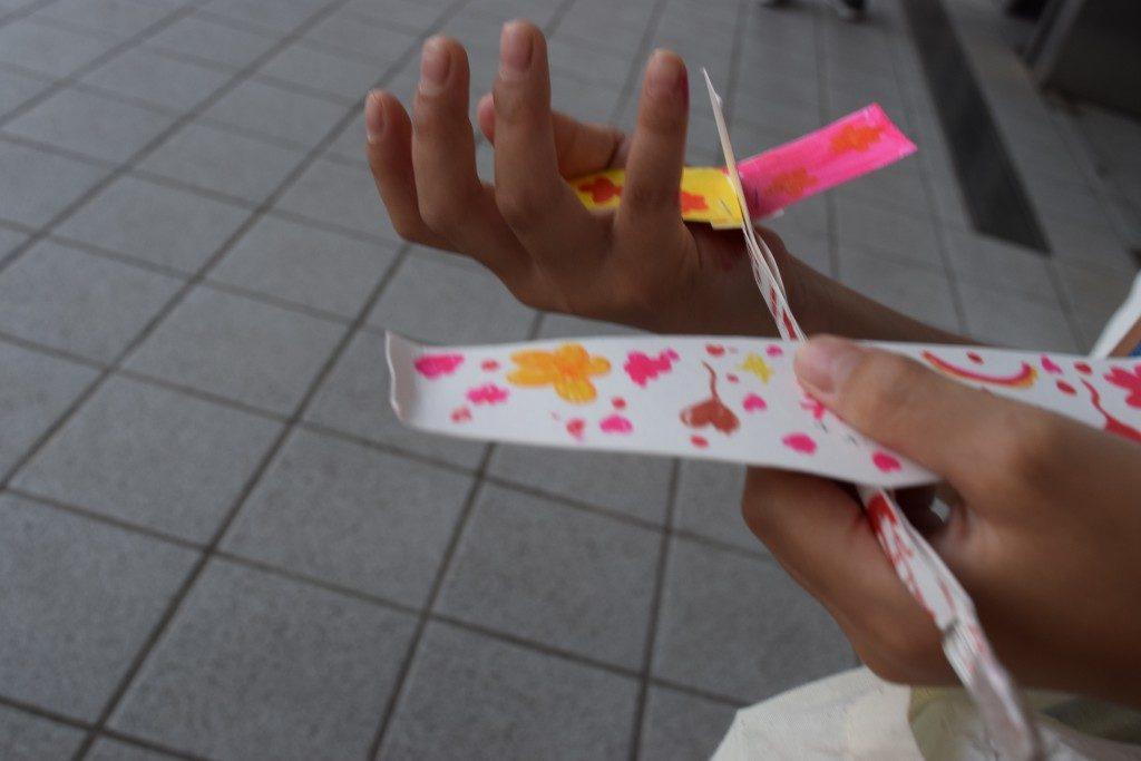 カラフルにデコレーションした紙飛行機