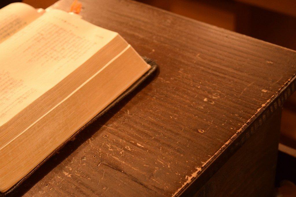 教檀のうえの聖書