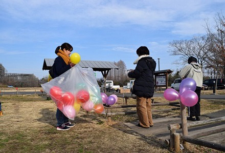 風船を飾り付ける三人