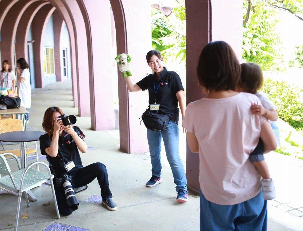撮影中のカメラマンとアシスタント