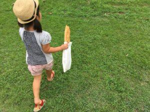 パンを持って散歩