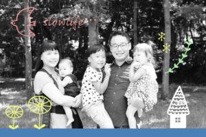 森を背景にした家族写真