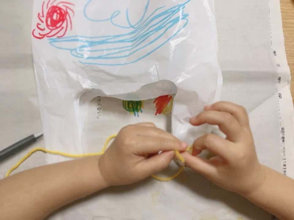 凧に毛糸を結ぶ