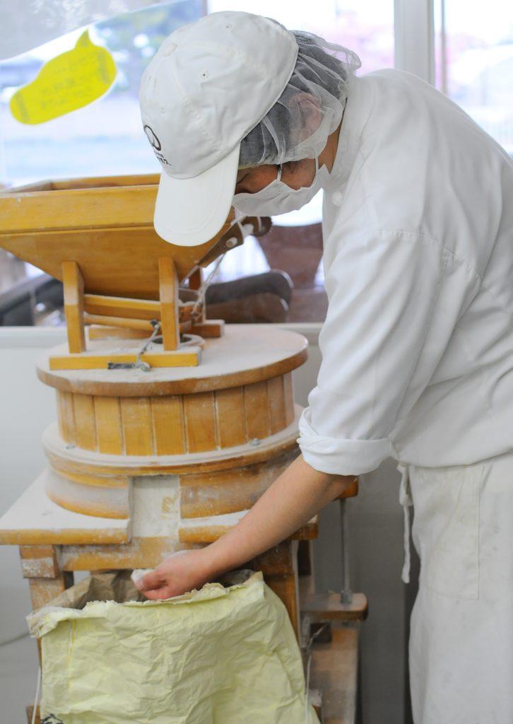 ライ麦を石臼で挽く写真