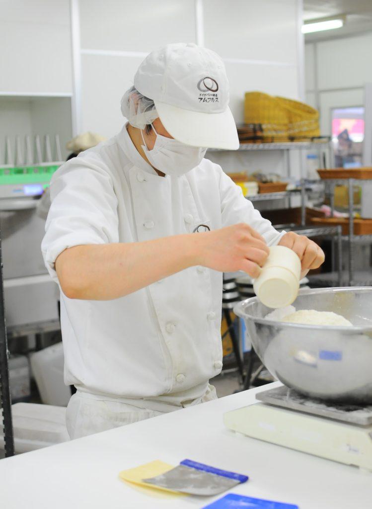 パンを作る写真