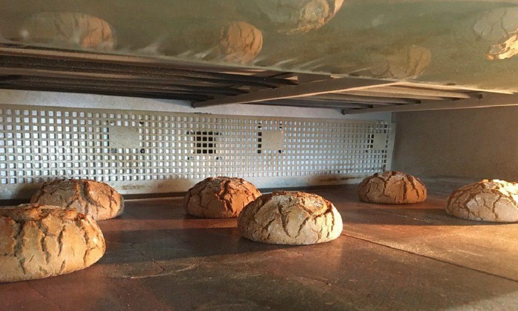 パンを焼いている写真