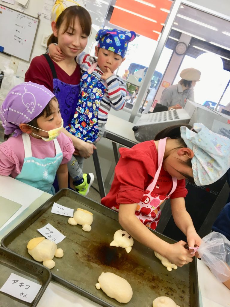 パンを作る親子の写真
