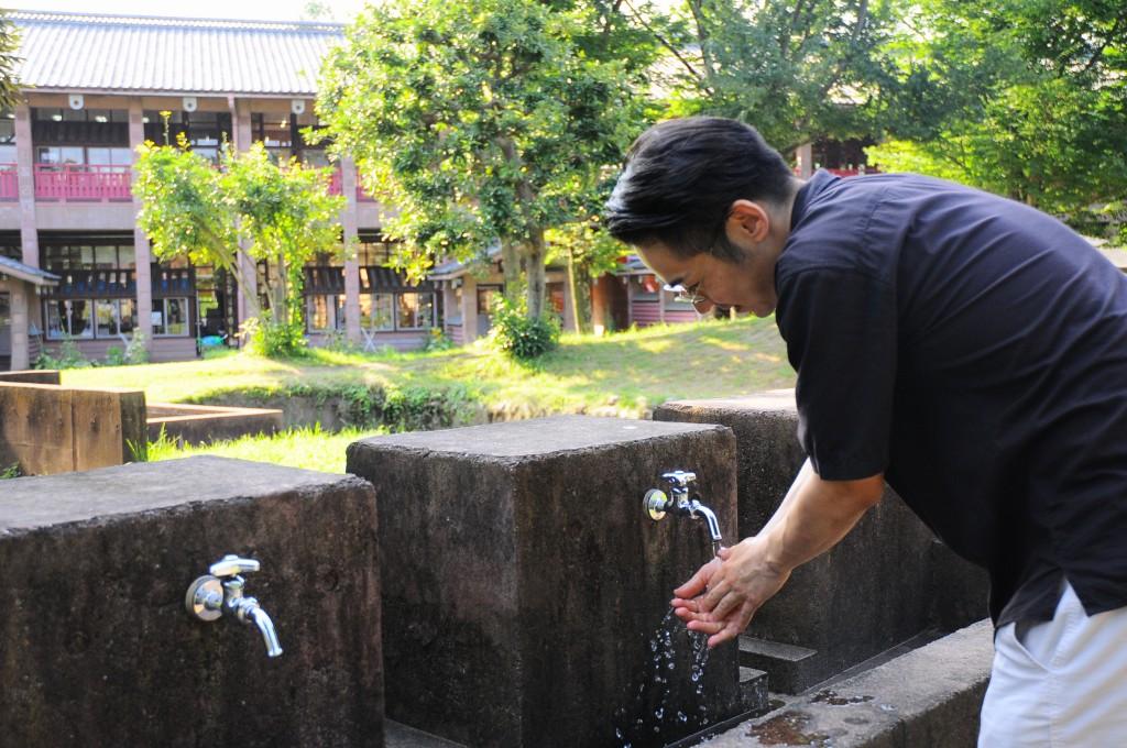 笠原小学校に訪れた松村さん