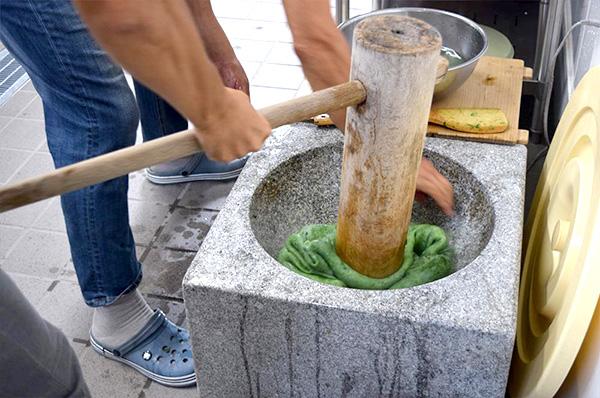 奈味さん 石臼でお餅をつきます